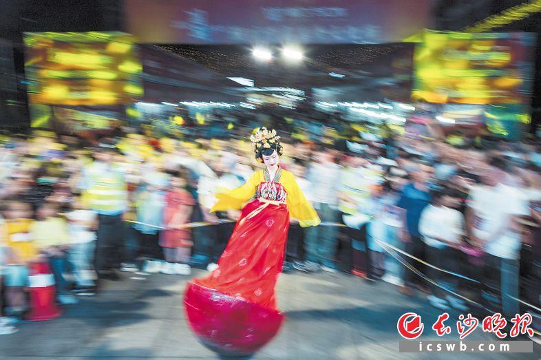 5月2日,浏阳淮川美食文化节,不倒翁表演最受市民欢迎。  贺再亮 摄