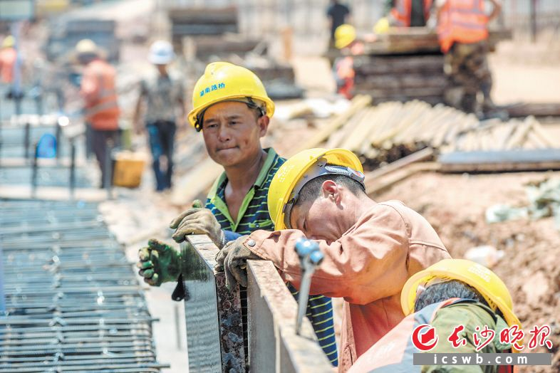 芙蓉南路快改工程现场,工人们挥汗如雨。陈飞 摄