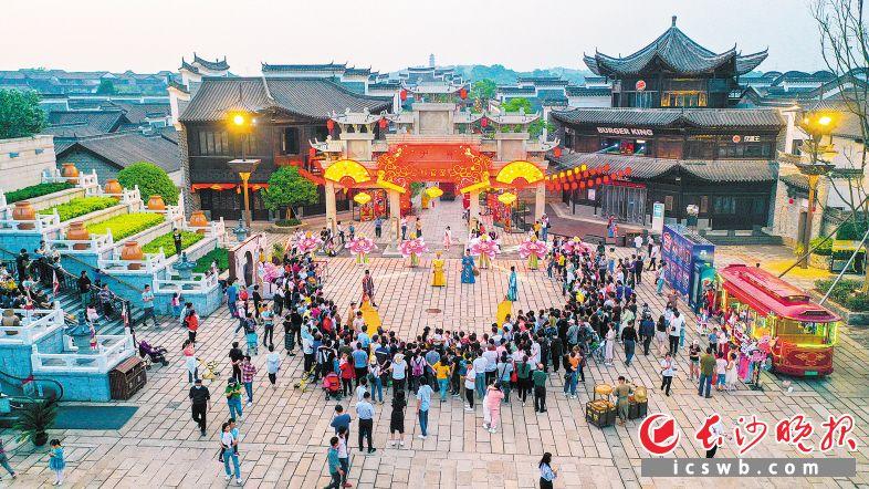 """""""五一""""期间,新华联铜官窑古镇成为旅游热点,吸引游客超5万人次。本版图片均为望城区委宣传部供图"""