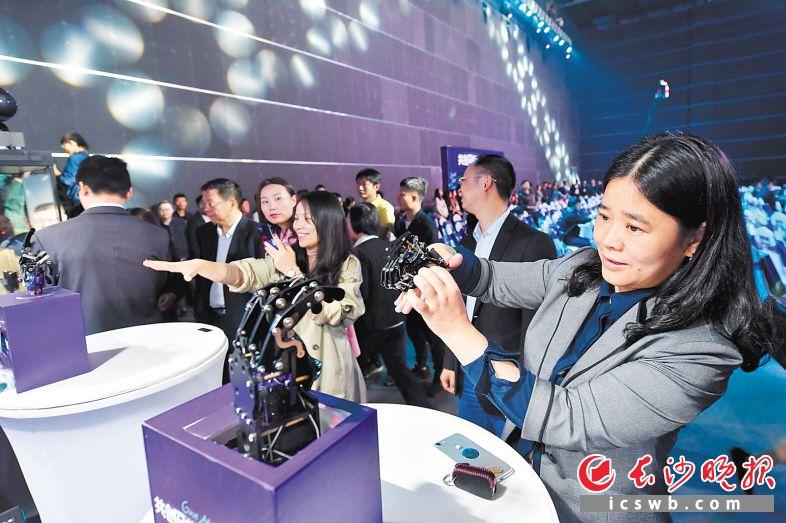 马栏山视频文创产业园内,5G体验区展示的一系列炫酷5G前沿技术应用和黑科技产品吸引了众多市民。  王志伟 摄