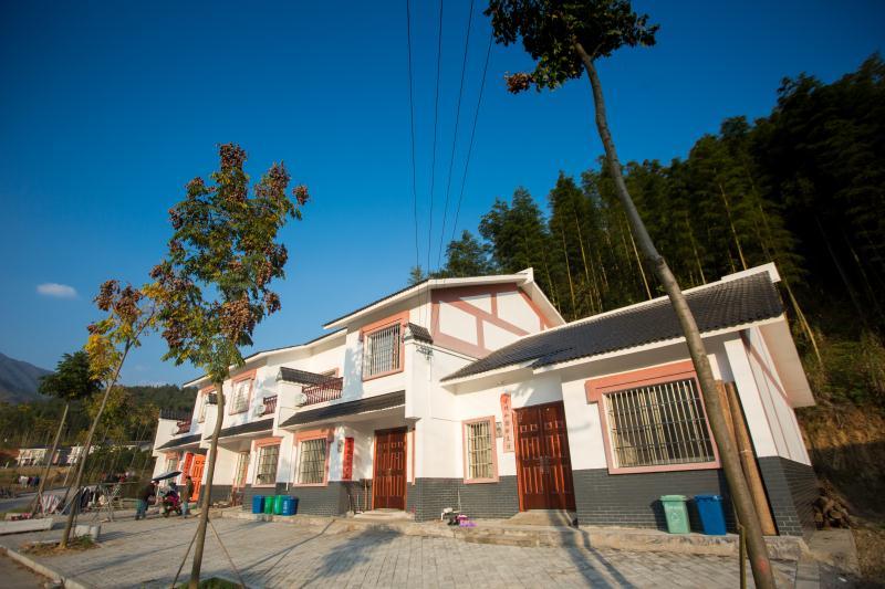张坊镇田溪村集中安置点,易地搬迁贫困户住进新居,居住环境得到改善。长沙晚报全媒体记者 钱娟 摄