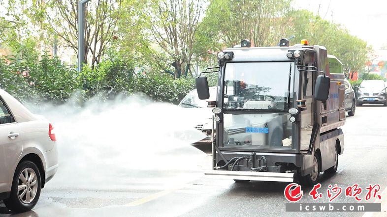 智能环保车在进行防疫消毒作业。    陈飞 摄