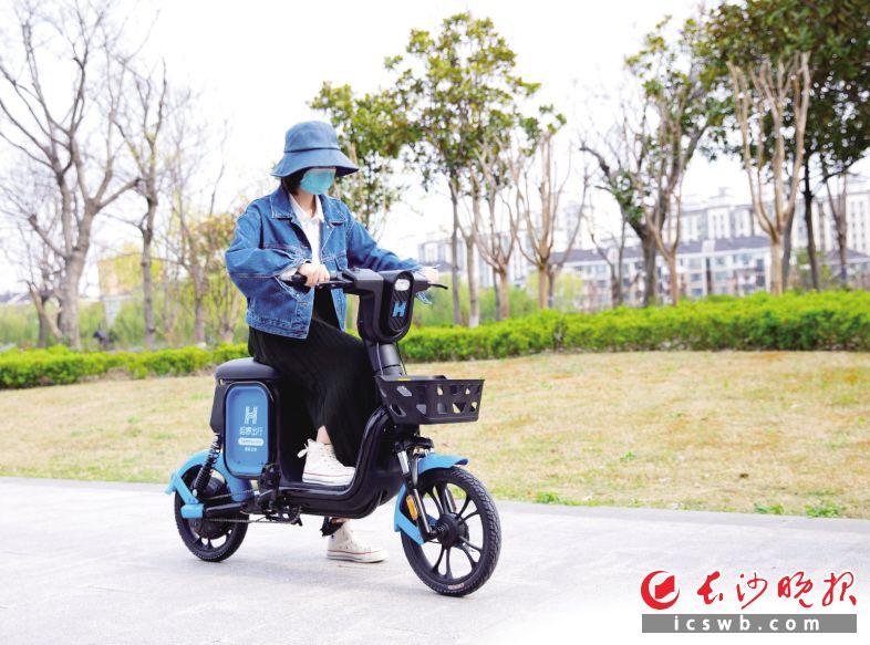 """哈啰出行刚刚推出的新款踏板助力车""""小羊驼"""",官方提供的续航里程45公里,最高时速25公里,即使不脚踩助力也能轻松爬坡。  长沙晚报全媒体记者 吴鑫矾 摄"""
