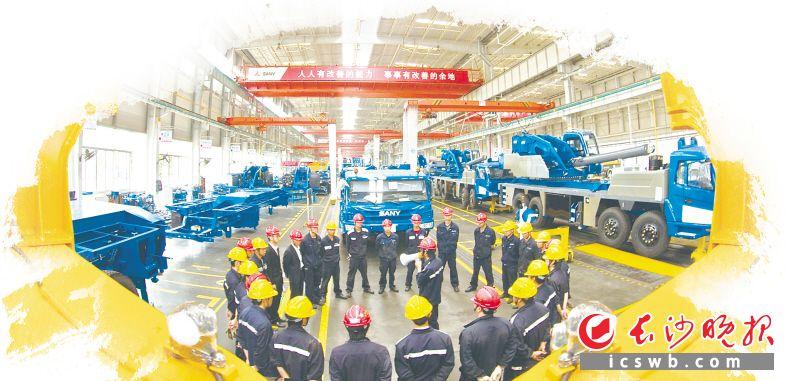 在三一工厂里,工人们正在开班组会。受访方供图