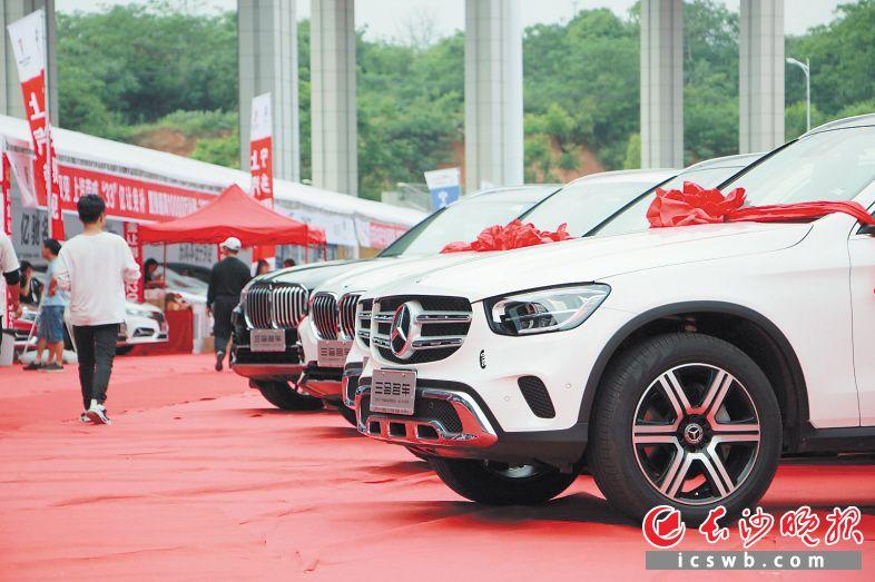 今年的宁乡车展吸引更多市民眼光,销售量较去年实现翻番。刘石江 摄