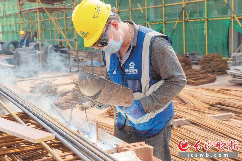 """湘江智谷·人工智能科技产业城是百日竞赛长沙市""""挂图作战""""项目,图为工人正在项目工地上抓紧施工。岳麓区融媒体中心 供图"""