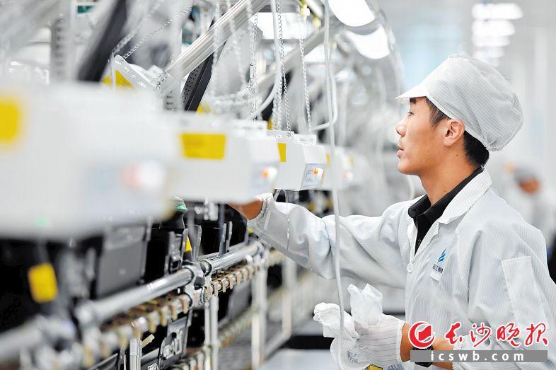 """湘江鲲鹏项目从筹建到一期厂房交付共用时120天,从产线安装到产品下线共用时20天,再次刷新""""长沙速度""""。王志伟 摄"""
