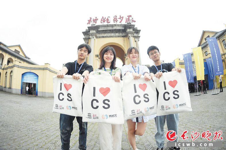 参加路演活动的青年代表在裕湘纱厂前合影留念。