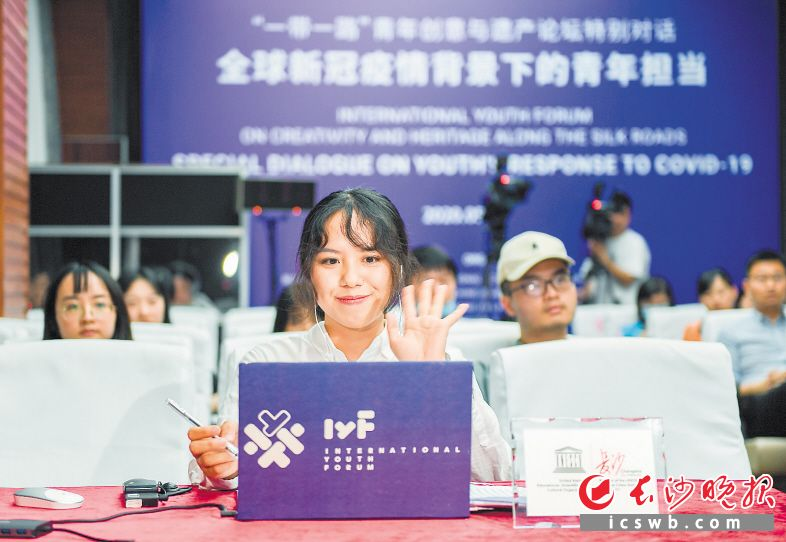 长沙青年代表刘小溪在特别对话活动上发言,处在长沙会场的她向各国青年代表发出疫情结束后的团聚邀请。均为长沙晚报全媒体记者黄启晴 摄