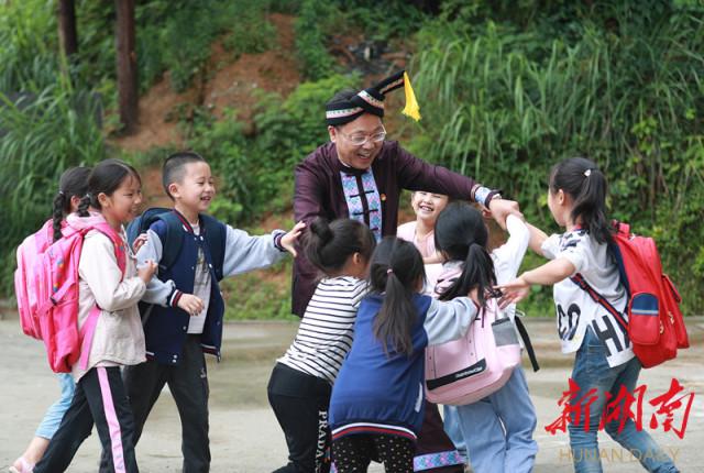 湖南代表团新闻发言人在驻地举行首场新闻发布:奋力把湖南脱贫攻坚做好讲好