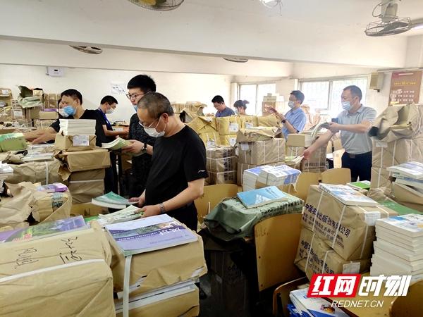 湖南农业大学教师集资集力为学生邮寄教材到家