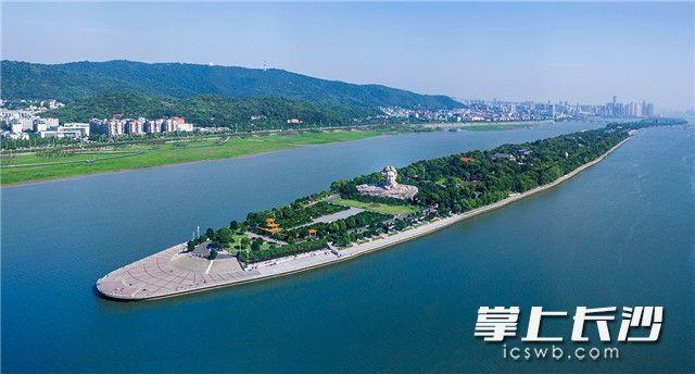 湘江两岸的夏日如花灿烂,阳光下的橘子洲头,早已恢复了往日的面貌,市民和游客前来享受初夏的清凉。 长沙晚报全媒体记者 罗杰科 摄