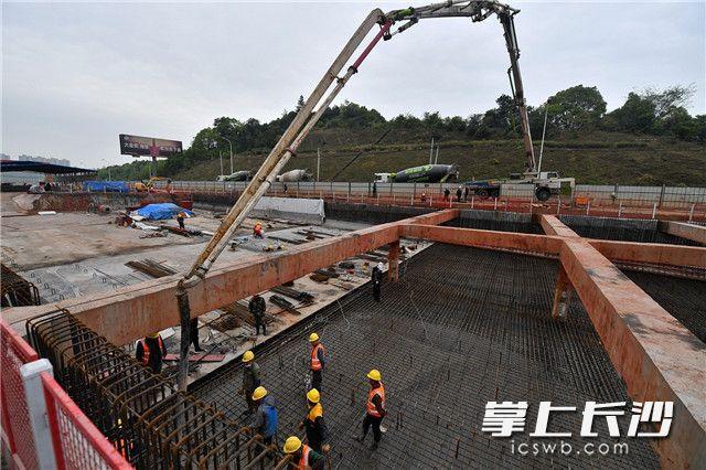 2020年4月2日,芙蓉路快速化改造项目(长沙段)项目建设现场,工人们加班加点进行混泥土浇灌。长沙晚报全媒体记者 王志伟 摄
