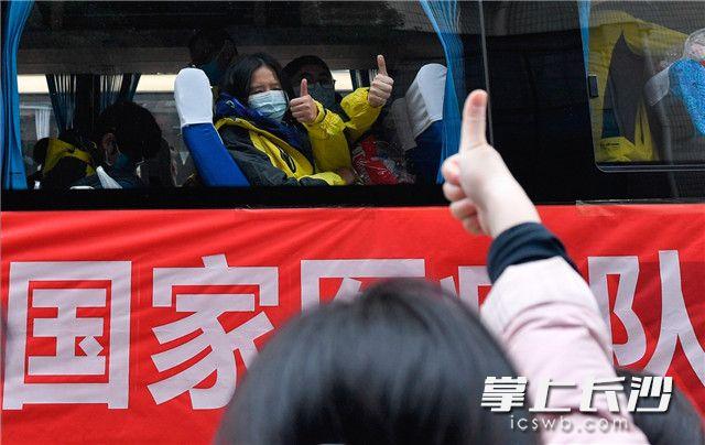 2月8日,湘雅二医院、湘雅三医院260人援鄂国家医疗队驰援武汉。图片均长沙晚报全媒体记者 邹麟 摄