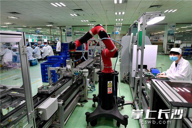 2020年5月15日,威胜集团生产车间里,机器臂在控制下精密的作业。 长沙晚报全媒体记者 王志伟 摄