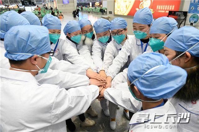 1月28日,湖南积极响应国家号召,紧急向湖北派出第二批抗击新型冠状病毒感染的肺炎援助医疗队。长沙晚报全媒体记者 黄启晴 摄