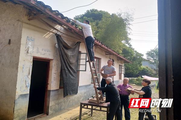 党员志愿者合力为村民修葺房屋.jpg