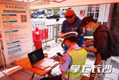 在电动车规范管理示范点内,民警解答市民疑问。