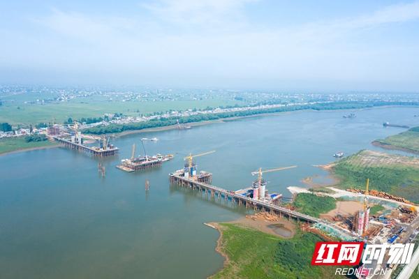 17、平益高速白泥湖湘江特大桥7个主墩墩身全部出水.jpg