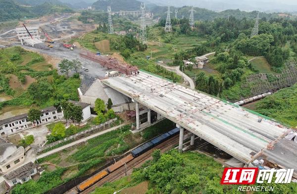 3、龙琅高速跨沪昆铁路桥架通.jpg
