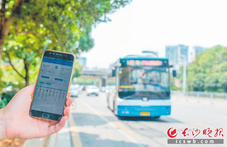 5G时代,长沙市民智慧公交出行更加便捷。