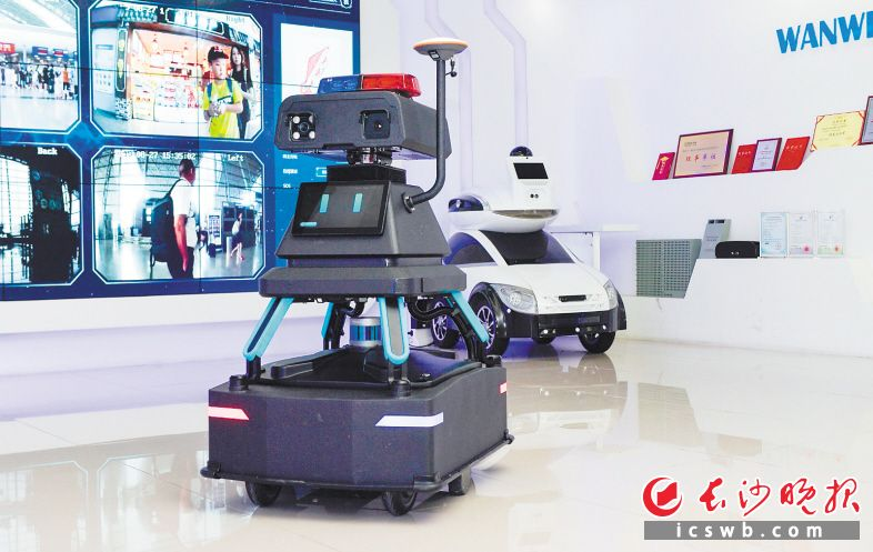 进入5G时代,在长沙的公共场所现在经常可以看到各类行动自如的机器人。