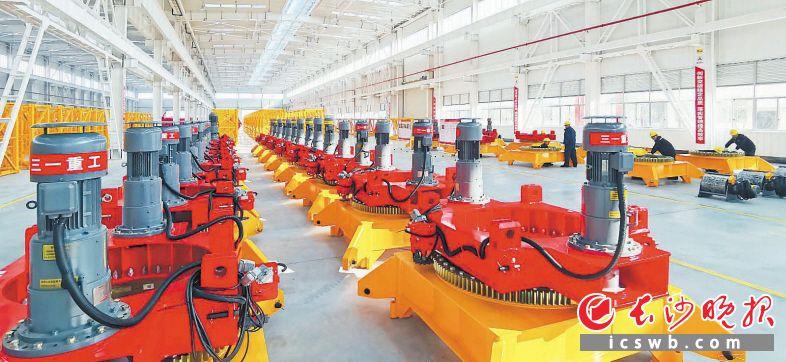 三一集团的产品订单量还将保持增长势头,对集成电路产品需求仍然高涨。图为三一塔机项目生产车间一角。 周柏平 摄