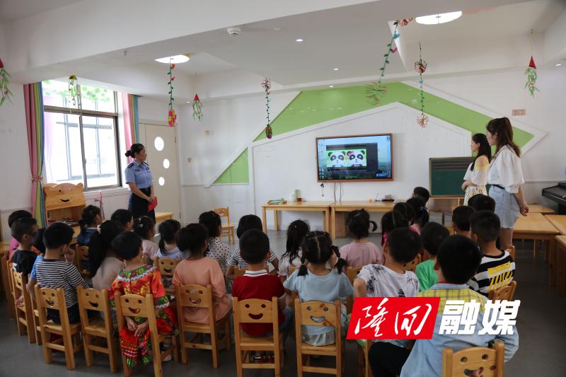 带领孩子们观看儿童安全宣传片.jpg