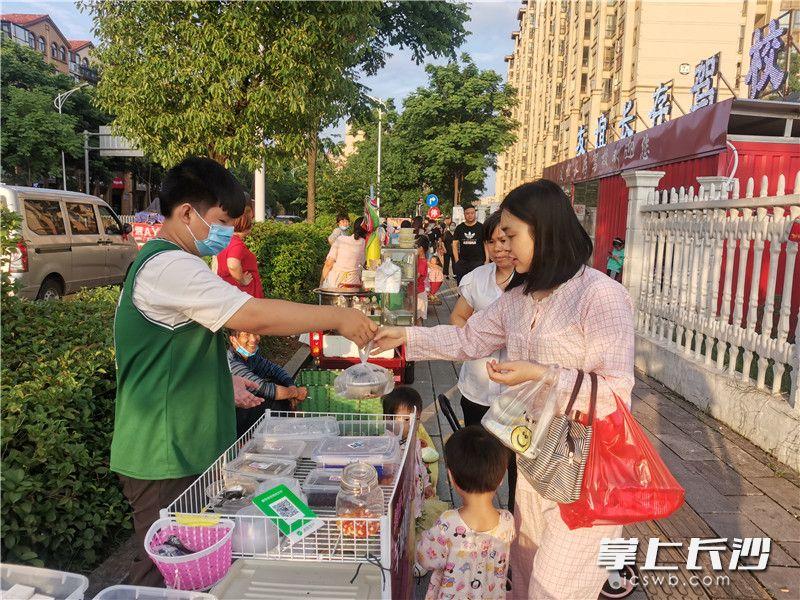 天心区先锋街道设立的马路市场,方便了市民。照片均为长沙晚报全媒体记者 王斌 摄