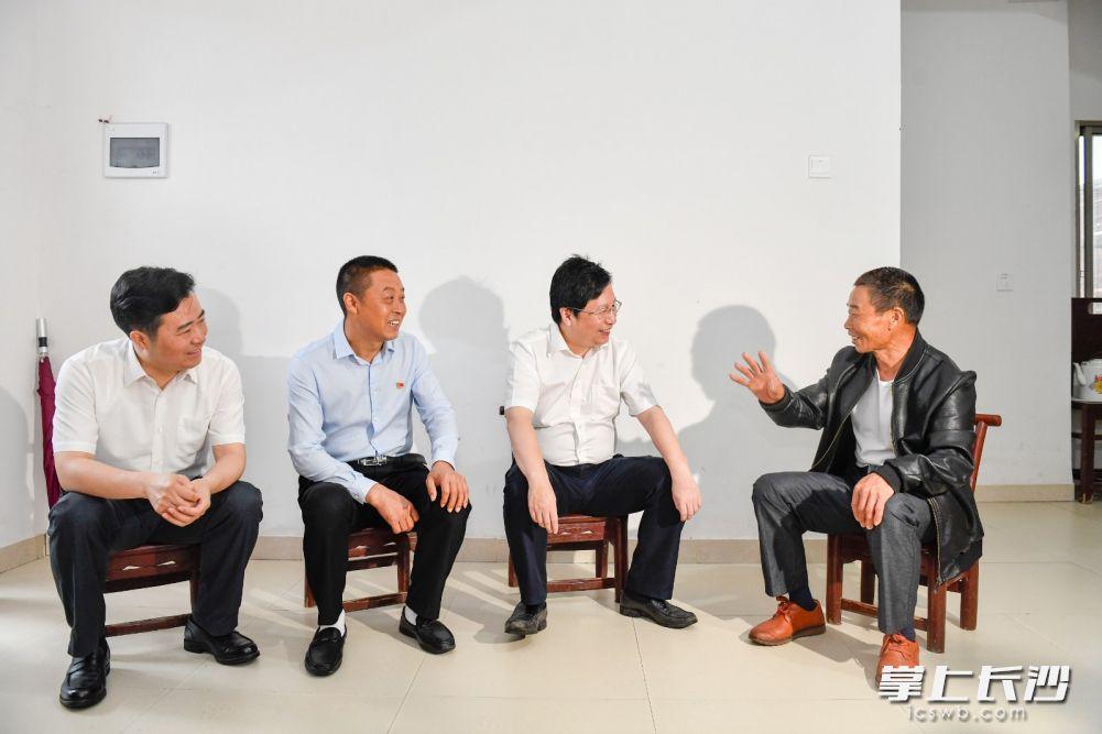 调研中,胡衡华来到浏阳市张坊镇田溪村,走进易地搬迁户李有伦家中,与他深入交谈。长沙晚报全媒体记者 余劭劼 摄