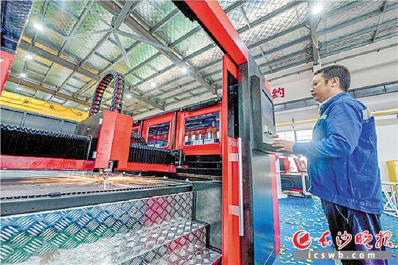 目前,大族激光生产的光纤激光器切割机等系列产品已运用在长沙多家工程机械、智能制造产业链龙头企业。 长沙晚报全媒体记者 陈飞 摄