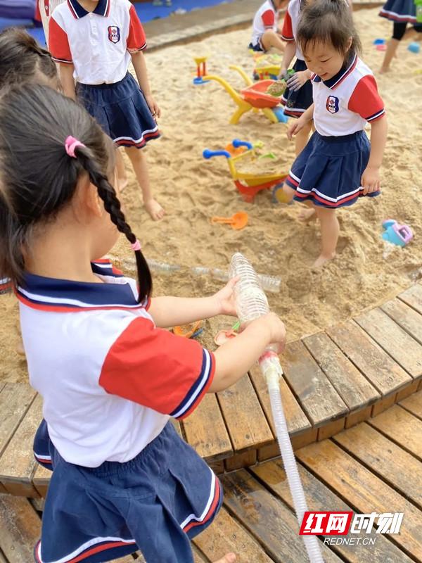 孩子们俨然是一个个小小设计师,引水、挖渠、储水,探索沙水的流动。.jpg