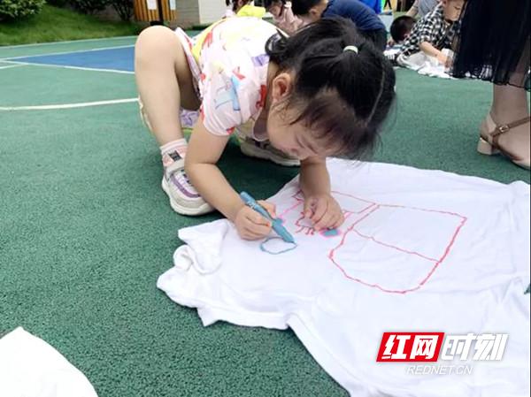 孩子们为感谢抗疫英雄手绘的大蛋糕和房子。图片来源:芙蓉区农园路幼儿园.jpg