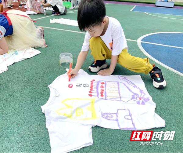 农园路幼儿园中班的孩子们在老师的带领下手绘作画.jpg