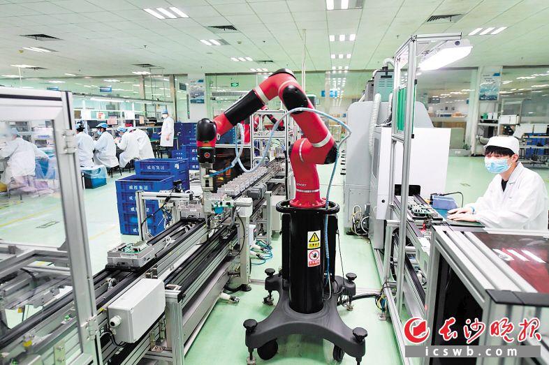 ↑威胜集团生产车间内,总装线上的人机协作系统使得生产效率大幅提高。 长沙晚报全媒体记者 王志伟 摄
