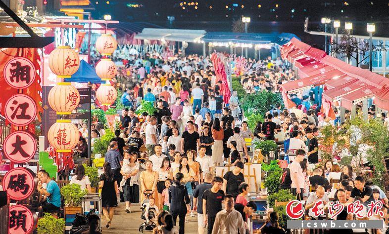 渔人码头,市民们坐在江边品尝美食,烟火味十足。  长沙晚报全媒体记者 邹麟 摄
