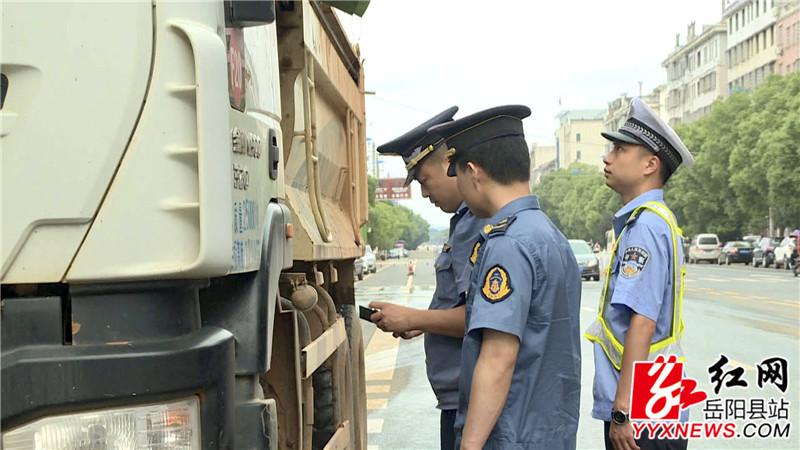 执法人员对过往车辆进行检查 (3)_副本.jpg
