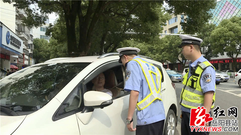 执法人员对过往车辆进行检查 (4)_副本.jpg