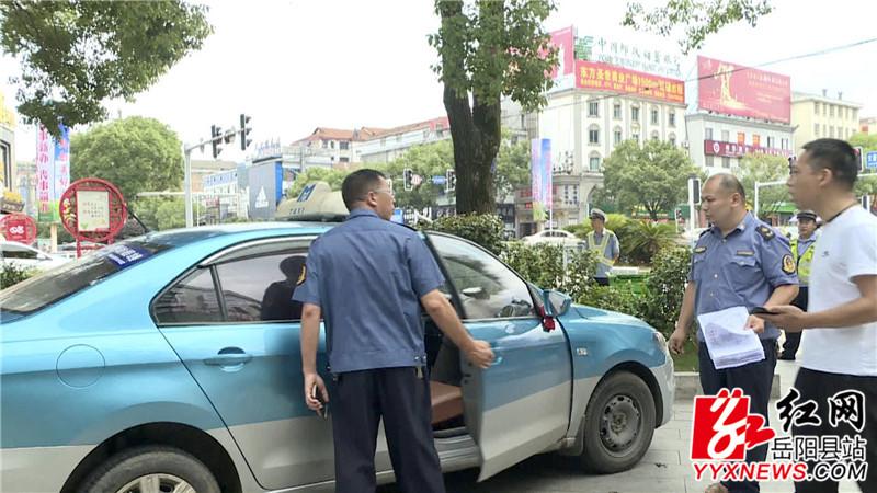"""执法人员对出租车""""野蛮驾驶""""车主进行教育警告_副本.jpg"""