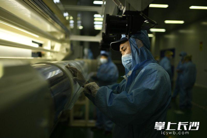 在湖南中锂新材料科技有限公司的生产车间内一派繁忙景象。长沙晚报全媒体记者 黄启晴 摄