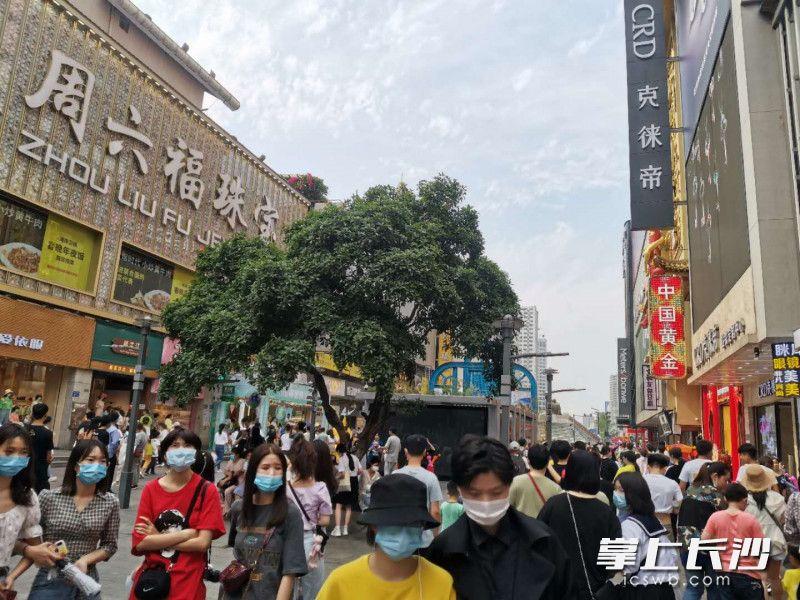 黄兴南路步行街重现繁华景象。长沙晚报全媒体记者 王斌 摄