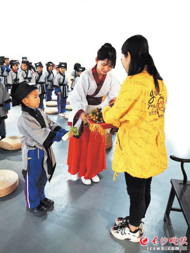 在书堂山,孩子们感受国学拜师礼。受访者供图