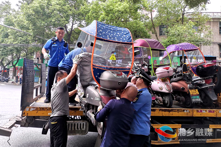 市城管局执法大队交通中队工作人员拖离乱停乱放车辆.jpg