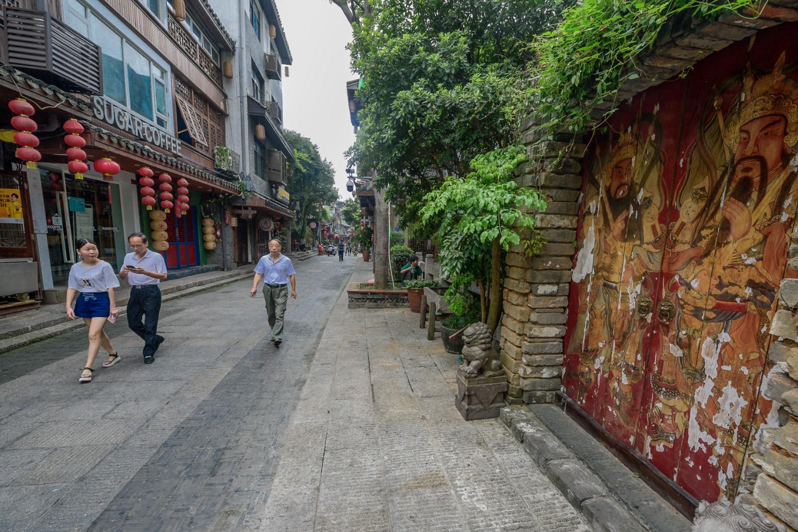 慕名而来的游客和市民在都正街感受久违的慢时光。 长沙晚报全媒体记者 陈飞 摄