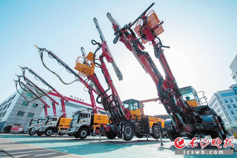 今年前4月,长沙经开区工程机械产业呈现两位数的增长。图为园区企业五新隧装生产车间外的产品展示区。  长沙晚报全媒体记者 黄启晴 摄