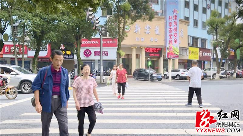 行人遵守交通规则走斑马线.jpg