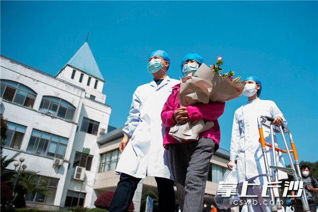 3月14日,日夜奋战54天后,长沙实现新冠肺炎在院确诊病例清零,699名参与救治的医护人员零感染,长沙市最后1名在院治疗确诊病例在长沙市公共卫生救治中心(长沙市第一医院北院)出院。