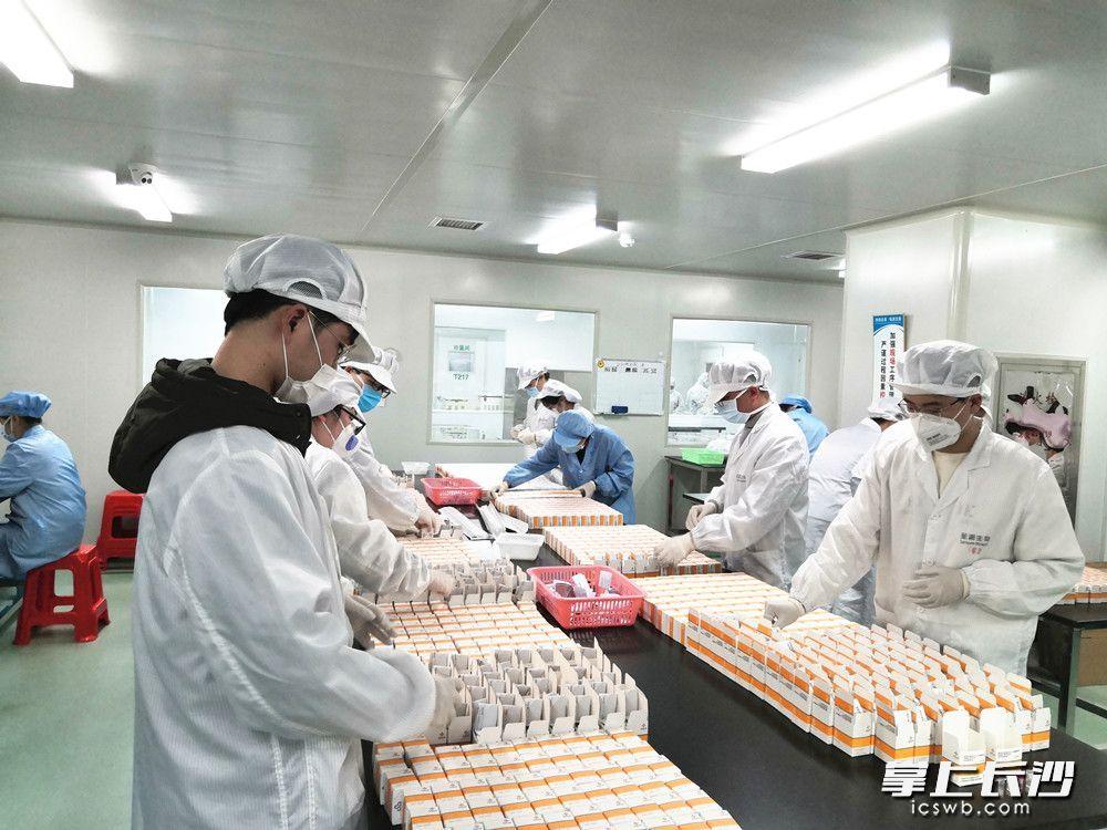 在圣湘生物的车间,技术人员正在赶制新型冠状病毒检测产品。