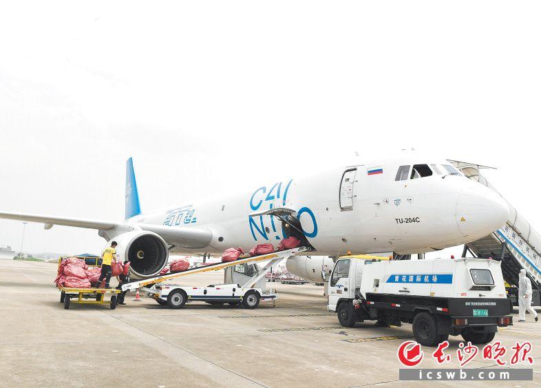 5月28日,湖南首条跨境电商定期货运航线开通 。长沙晚报全媒体记者 邹麟 摄