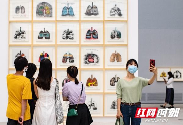 """用艺术呈现中国抗""""疫""""精神 舒勇作品展在湖南省博物馆展出"""
